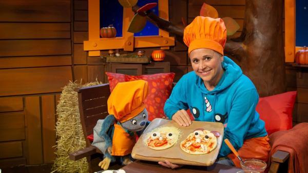 Singa und Fidi belegen jeweils eine Fidipizza und eine Singapizza. | Rechte: KiKA/Hannah Michalowicz