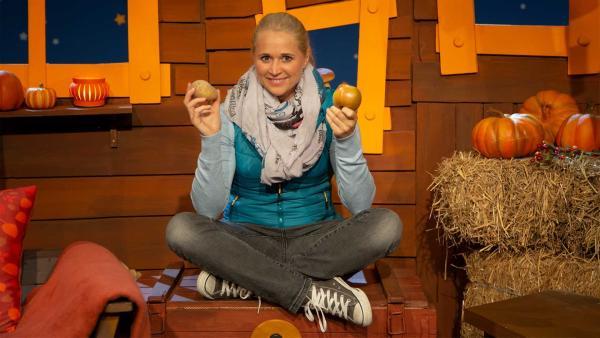 Singa präsentiert Erdäpfel. | Rechte: KiKA/Nadja Usbeck
