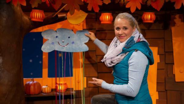 Singa bastelt eine Wolke mit Buntfäden. | Rechte: KiKA/Nadja Usbeck