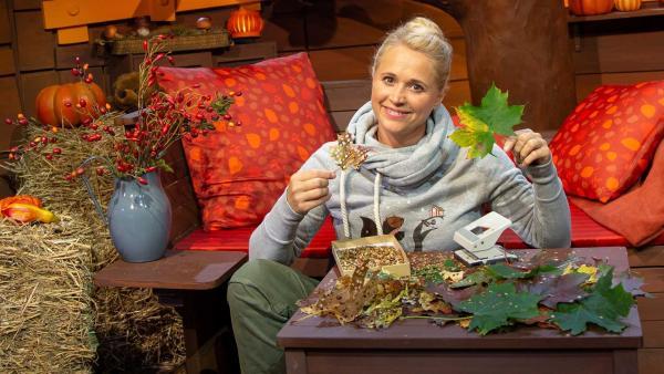 Singa stellt Blätterkonfetti her. | Rechte: KiKA/Nadja Usbeck