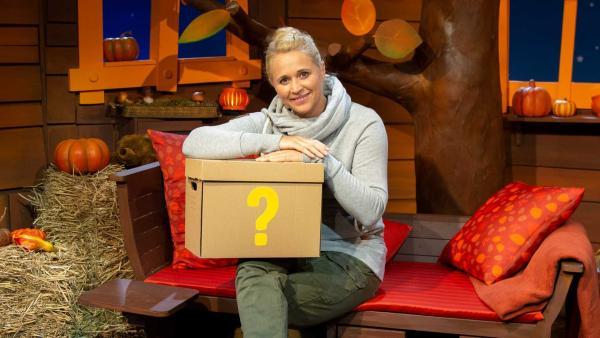 Singa findet einen Ratekarton. | Rechte: KiKA/Nadja Usbeck