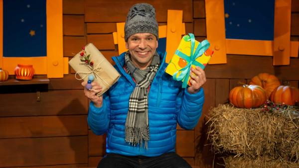 Juri verpackt Geschenke mit alternativem Geschenkpapier. | Rechte: KiKA/Nadja Usbeck