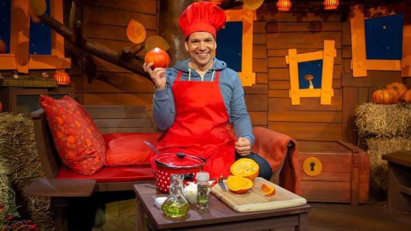 Juri kocht Kürbissuppe. | Rechte: KiKA/Nadja Usbeck