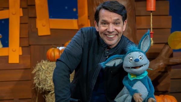 Fidi erklärt Juri, dass Fledermäuse Winterschlaf machen. | Rechte: KiKA/Josefine Liesfeld