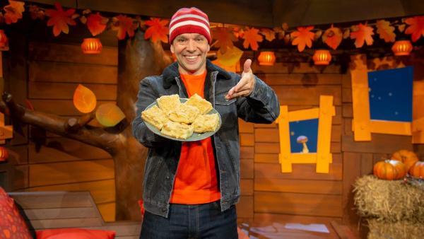 Juri erklärt das Thanksgiving-Fest. | Rechte: KiKA/Nadja Usbeck