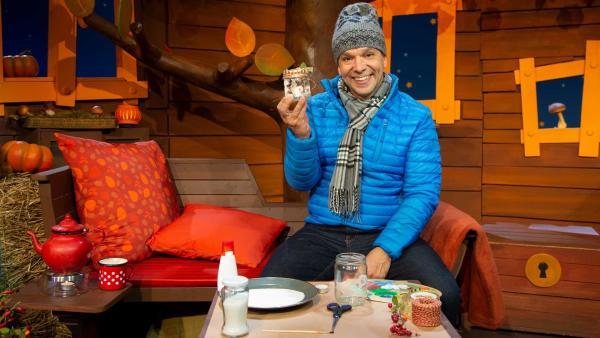 Juri erklärt woher der Name Teelicht kommt. | Rechte: KiKA/Nadja Usbeck
