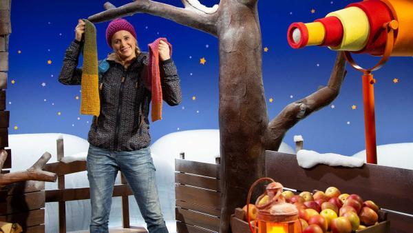 Singa freut sich über ihren Schal. | Rechte: KiKA/Josefine Liesfeld