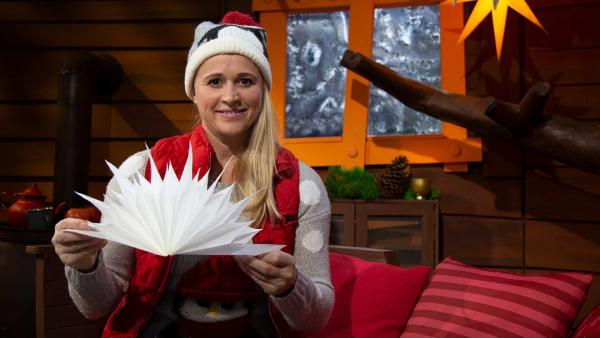 Singa bastelt Weihnachtssterne. | Rechte: KiKA/Josefine Liesfeld