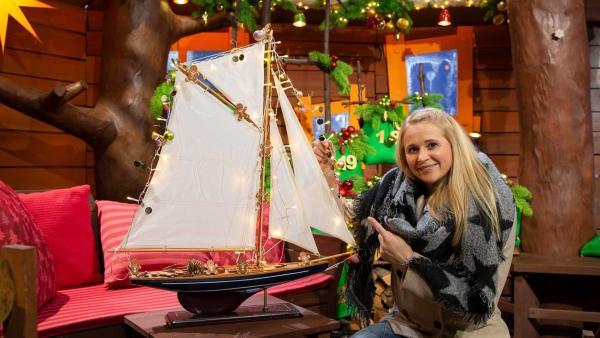 Singa zeigt uns beleuchtete Schiffe. | Rechte: KiKA/Josefine Liesfeld