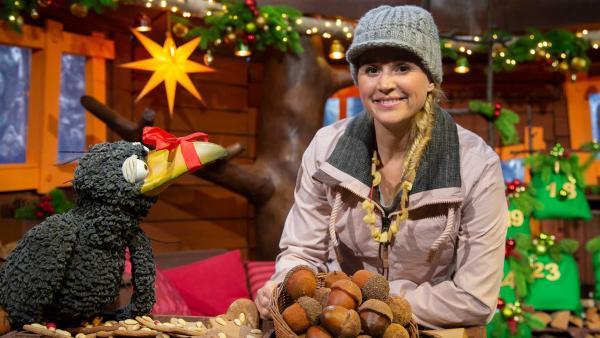 Rudi erzählt Singa ein Weihnachtsgedicht. | Rechte: KiKA/Josefine Liesfeld
