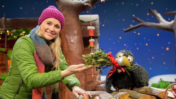 Rudi schenkt Singa einen Mistelzweig. | Rechte: KiKA/Josefine Liesfeld
