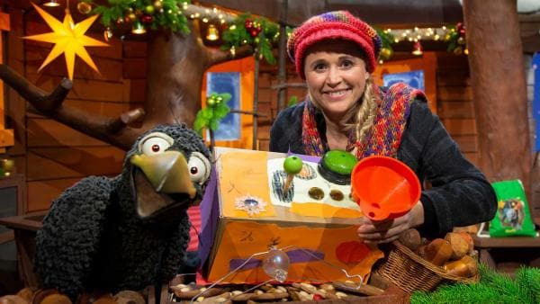 Rudi zeigt Singa seine Weihnachtswünschmaschine. | Rechte: KiKA/Josefine Liesfeld