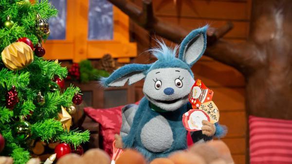 Fidi bastelt ein Weihnachtsbild. | Rechte: KiKA/Josefine Liesfeld