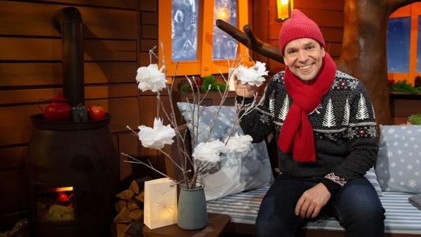 Juri bastelt einen Schneeengel. | Rechte: KiKA/Josefine Liesfeld