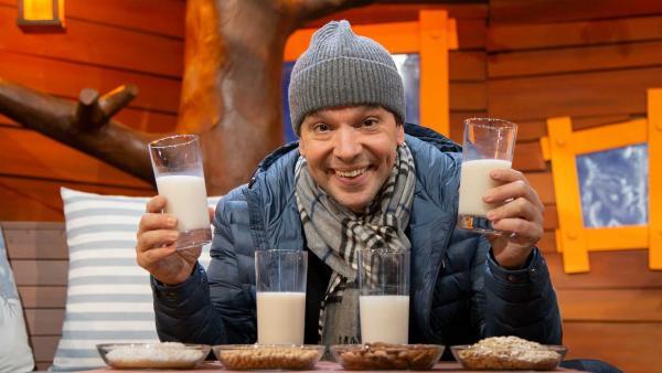 Juri probiert Getränke aus Hafer, Reis, Soja und Mandeln. | Rechte: KiKA/Josefine Liesfeld