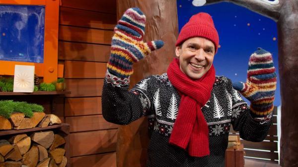 Juri zeigt seine Handschuhe. | Rechte: KiKA/Josefine Liesfeld