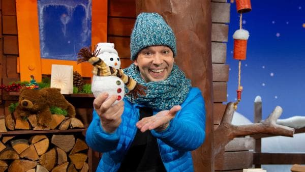 Juri bastelt einen Schneemann aus Socken. | Rechte: KiKA/Josefine Liesfeld