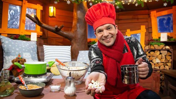 Juri macht Popcorn im Baumhaus. | Rechte: KiKA/Josefine Liesfeld