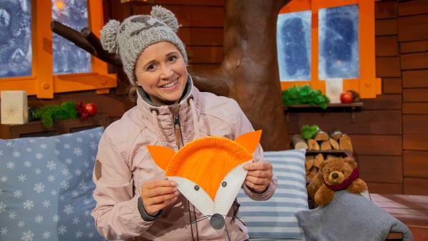 Singa bastelt aus einem Pappteller einen Fuchs. | Rechte: KiKA/Josefine Liesfeld
