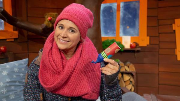 Singa bastelt eine Konfetti-Kanone. | Rechte: KiKA/Josefine Liesfeld