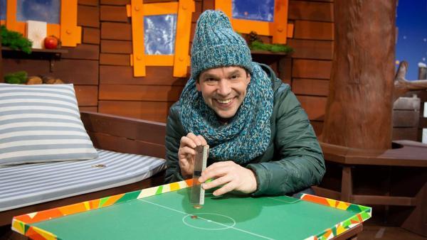 Juri spielt ein lustiges Spiel. | Rechte: KiKA/Josefine Liesfeld
