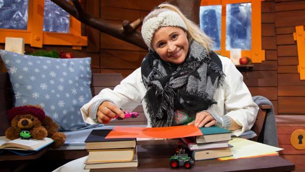 Singa baut eine Brücke aus Papier. | Rechte: KiKA/Josefine Liesfeld