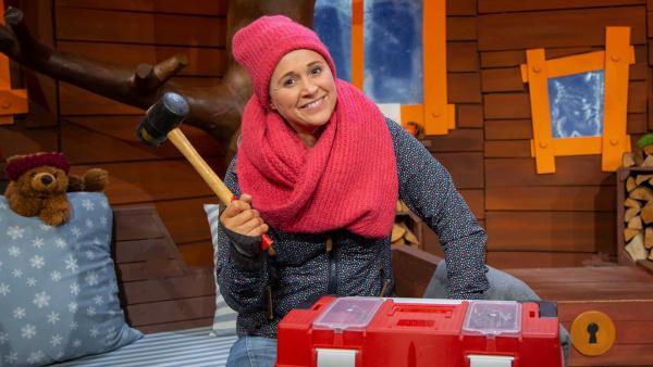 Singa erklärt den Hammer. | Rechte: KiKA/Josefine Liesfeld