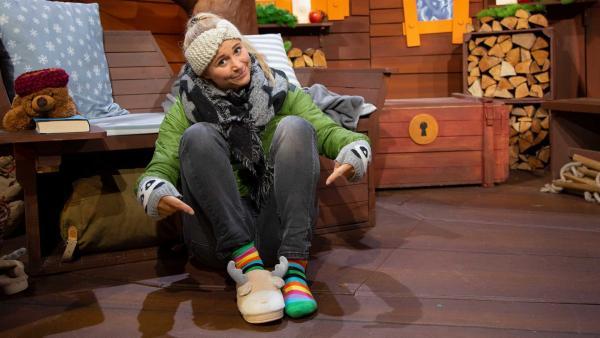 Singa zeigt ihre Pantoffeln. | Rechte: KiKA/Josefine Liesfeld