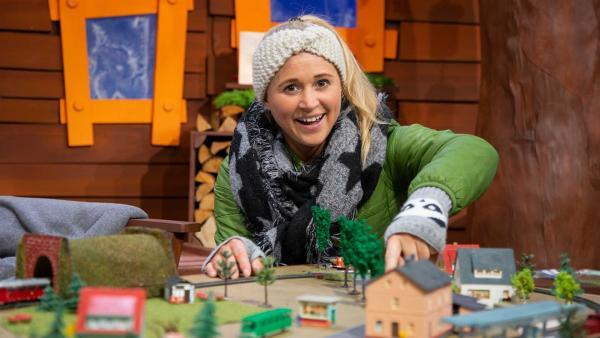 Singa zeigt ihre Modelleisenbahn. | Rechte: KiKA/Josefine Liesfeld