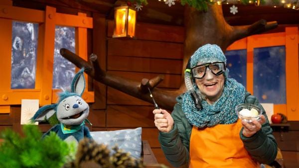 Juri gibt Tipps zum Zwiebel schneiden. | Rechte: KiKA/Josefine Liesfeld