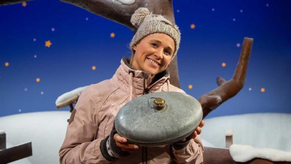 Singa zeigt eine sonderbare Sache. | Rechte: KiKA/Josefine Liesfeld