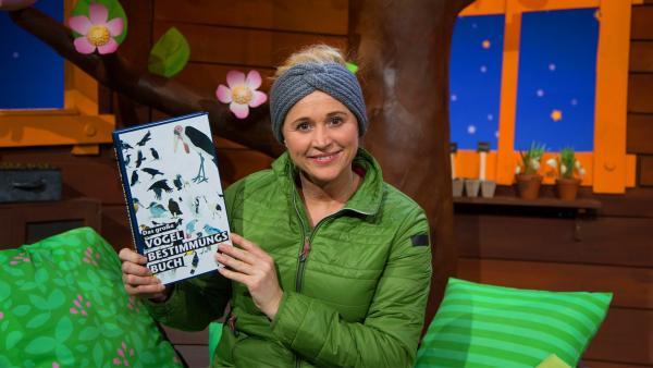 Singa hat ein Vogelbestimmungsbuch. | Rechte: KiKA/Josefine Liesfeld