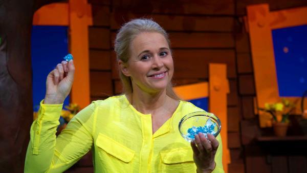 Singa legt ein Eierschalen-Mosaik. | Rechte: KiKA/Josefine Liesfeld