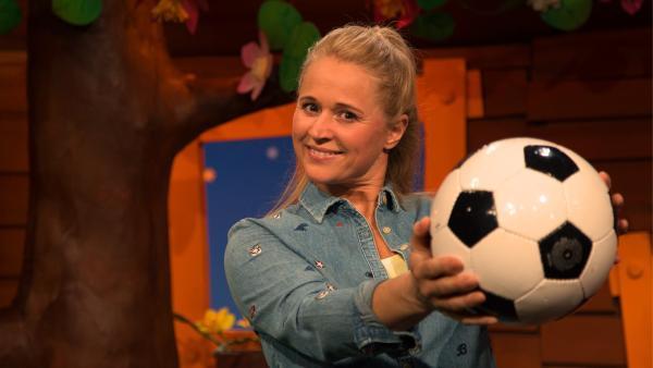 Singa und ein Fußball | Rechte: KiKA/Josefine Liesfeld
