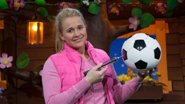 Singa pumpt ihren Ball auf. | Rechte: KiKA/Josefine Liesfeld