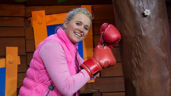 Singa boxt gegen den Baumhaus-Baum. | Rechte: KiKA/Josefine Liesfeld
