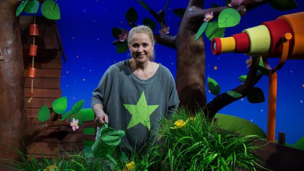 Singa gießt die Pflanzen. | Rechte: KiKA/Josefine Liesfeld