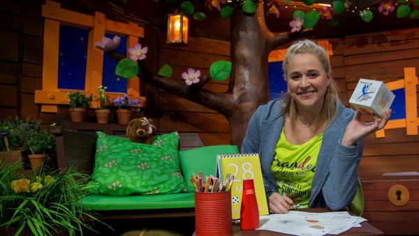 Singa bastelt ein Spiel. | Rechte: KiKA/Josefine Liesfeld