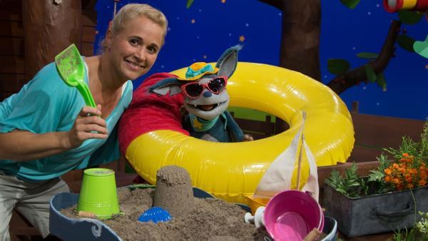 Singa und Fidi spielen Strand. | Rechte: KiKA/Josefine Liesfeld