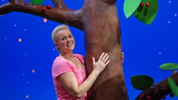 Sing umarmt einen Baum. | Rechte: KiKA/Josefine Liesfeld