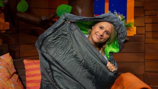 Singa kuschelt sich in ihren Schlafsack. | Rechte: KiKA/Josefine Liesfeld