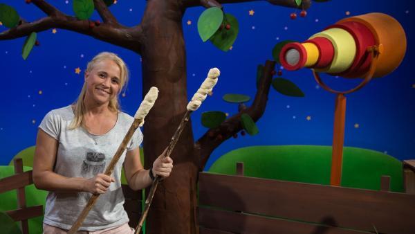 Singa will Stockbrot machen. | Rechte: KiKA/Josefine Liesfeld