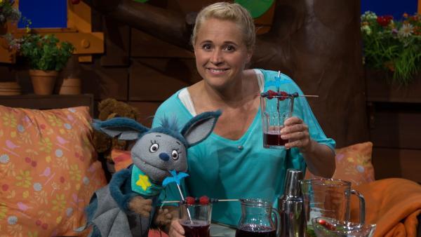 Singa und Fidi trinken einen Fidi-Spezial-Sommerdrink. | Rechte: KiKA/Josefine Liesfeld