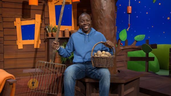Matondo hat Kartoffeln geerntet. | Rechte: KiKA/Josefine Liesfeld