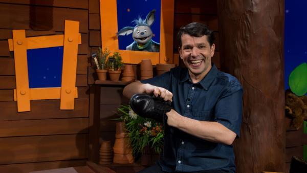 Juri putzt seine Schuhe. | Rechte: KiKA/Josefine Liesfeld