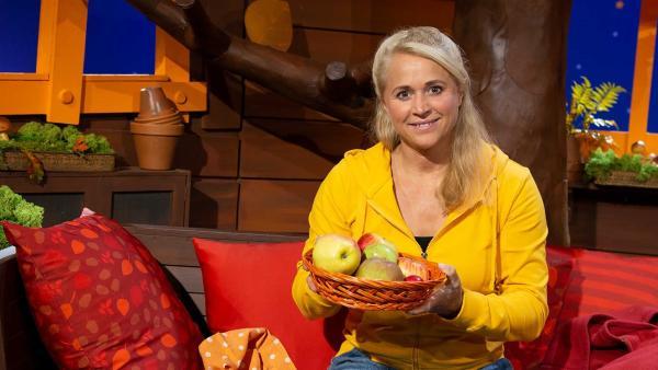 Singa und ein Korb voller Äpfel | Rechte: KiKA/Josefine Liesfeld