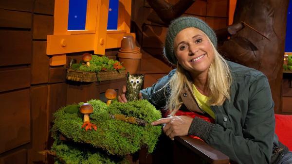 Singa und ihre selbst gebastelte Eule | Rechte: KiKA/Josefine Liesfeld