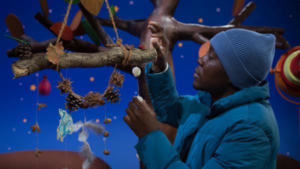 Herrlich, welch schöne Schätze man im Herbst im Wald finden kann. Matondo verwendet sie zum Basteln.   Rechte: KiKA/Josefine Liesfeld