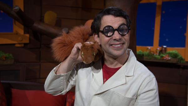 Professor Juri widmet sich einem ganz besonderen Tier : dem Nackenhörnchen. Aber ob das alles so stimmt, was er erzählt?   Rechte: KiKA/Josefine Liesfeld