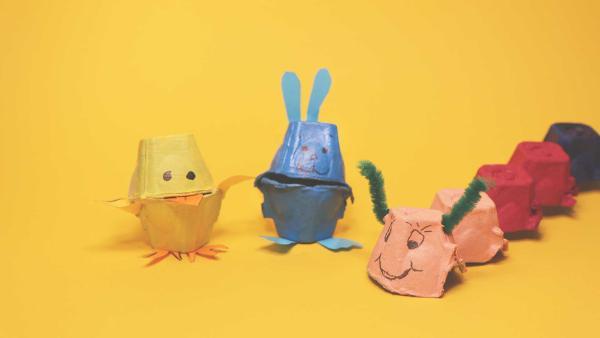 Ein Küken, ein Hase und eine bunte Raupe, die aus Eierkartons gebastelt wurden. | Rechte: KiKA
